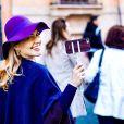 Karin Roepke foi clicada pelo marido durante um passeio na Espanha com pau de selfie: ' Certificado oficial de turista'