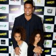 Ronaldo leva filhas caçulas à pré-estreia de filme e semelhança impressiona