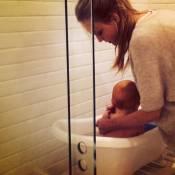 De folga das passarelas, Carol Trentini cuida do filho, Bento: 'Hora do banho'