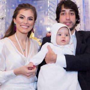 Bruna Hamu. Foto do site da Pure People que mostra Bruna Hamú batiza o filho, Júlio, de 6 meses: 'Momento único e especial'. Fotos!