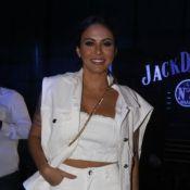 Calça destroyed improvisada é aposta de Alinne Rosa para show: 'Dar encurtada'
