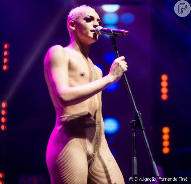 Pabllo Vittar surpreende público em show no Rio: vestida da personagem Bela, ela tirou a fantasia no palco, deixando apenas com uma malha de tom nude