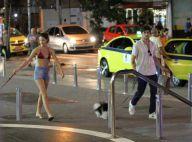 Laura Neiva exibe boa forma de biquíni e shortinho em passeio com Chay Suede