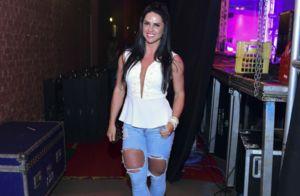 Graciele Lacerda orna decote com calça destroyed em show de Zezé Di Camargo