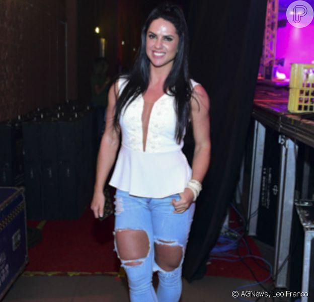 Graciele Lacerda deixa pernas saradas à mostra em look com calça destroyed