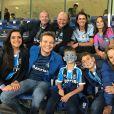 Michel Teló posou com a família no estádio, mas não levou os bebês na primeira partida