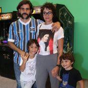 Juliano Cazarré e a mulher, Letícia, levam filhos à exposição de games. Fotos!