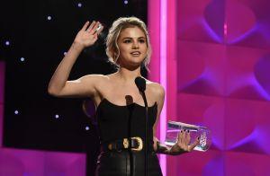 Selena Gomez chora ao ser premiada e dá troféu à amiga que doou rim: 'Me salvou'