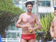 Bruno Cabrerizo, de sunga, assiste partida de futevôlei em praia do Rio. Fotos!