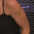 Lucas Veloso deu um beijo em Natália Melo durante uma entrevista nos bastidores do 'Dança dos Famosos'