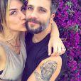Giovanna Ewbank relembrou uma foto recebendo um carinho do marido nesta segunda (04)
