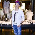 Felipe Neto sobrepôs a blusa estampada com uma camisa social, usada com jeans, no lançamento da coleção de Réveillon da John John, na Rua Oscar Freire, em São Paulo, na noite desta segunda-feira, 4 de dezembro de 2017