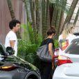 Fernanda Gentil ganha ajuda de namorada, Priscila Montandon, ao entrar no carro
