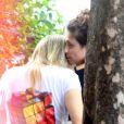 Fernanda Gentil ganha carinho da namorada, Priscila Montandon