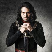 Romulo Estrela se fere com espada em gravação de novela e leva pontos na cabeça