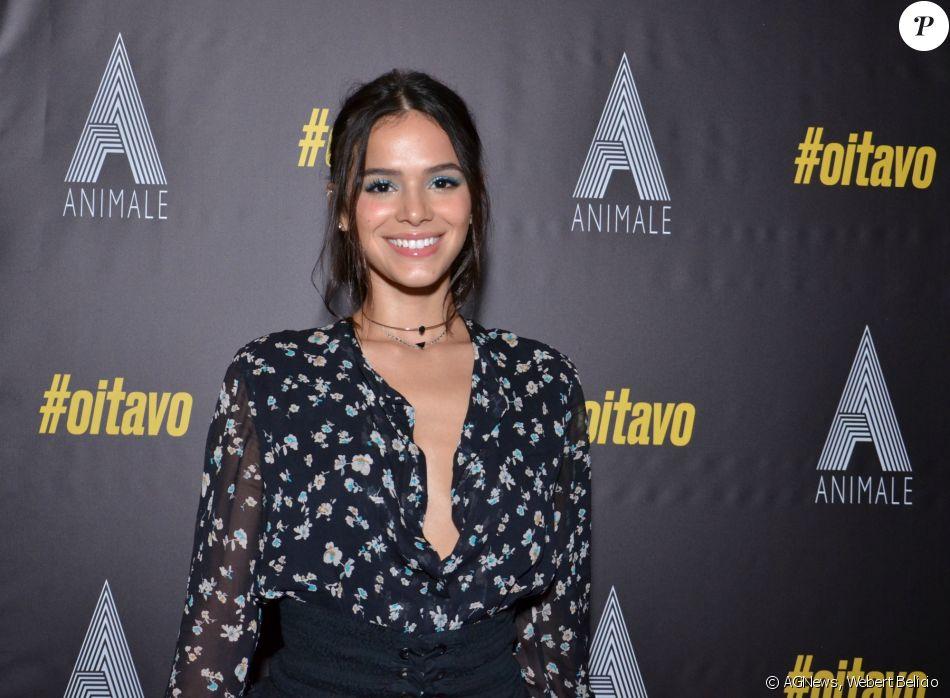 Bruna Marquezine comentou sobre a possibilidade de dividir detalhes de 'Deus Salve o Rei' com os fãs antes da estreia da novela
