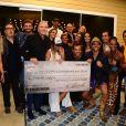 Flávia Viana posa com prêmio de R$ 1,5 milhão e outros participantes de 'A Fazenda - Nova Chance'