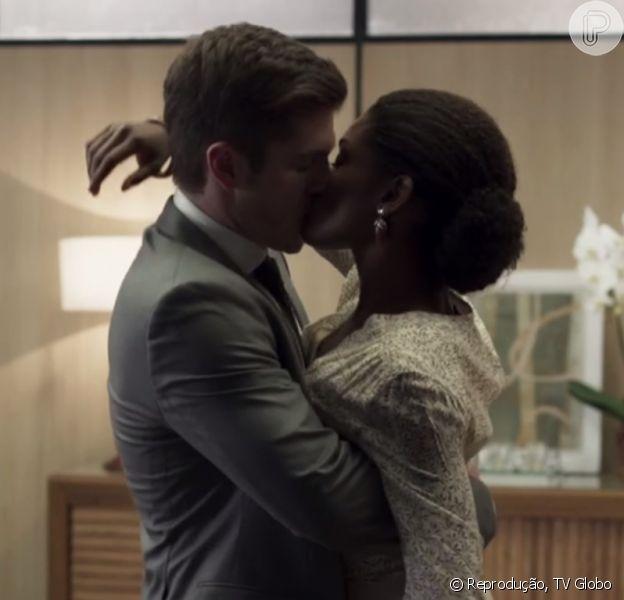 Beijo de Raquel (Erika Januza) e Bruno (Caio Paduan) na novela 'O Outro Lado do Paraíso' agitou a web: 'Arrepiada'