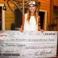 Flávia Viana exibe cheque com prêmio de R$ 1,5 milhão. Atriz agradeceu fãs pelos votos no Instagram do namorado: 'E u quero agradecer a cada um e eu vou bombar meu Instagram e Twitter de agradecimento'