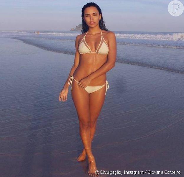 Giovana Cordeiro pratica exercícios físicos como futevôlei e funcional na praia para manter o corpo magro