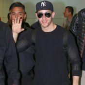 Nick Jonas acena para fãs ao desembarcar em aeroporto de São Paulo. Fotos!