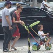 Alinne Moraes e o marido, Mauro Lima, passeiam com o filho, Pedro, em carrinho