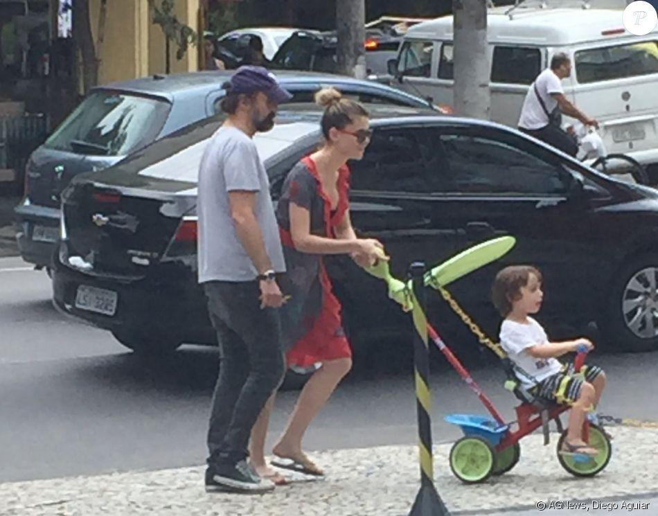 Alinne Moraes, Mauro Lima e o filho do casal, Pedro, circularam neste sábado, 9 de dezembro de 2017, pelas ruas do Rio