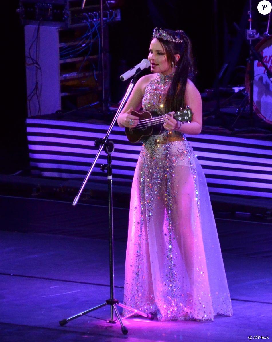 47edf0db565b3 Larissa Manoela tocou ukelele no show na Jeneusse Arena - Purepeople