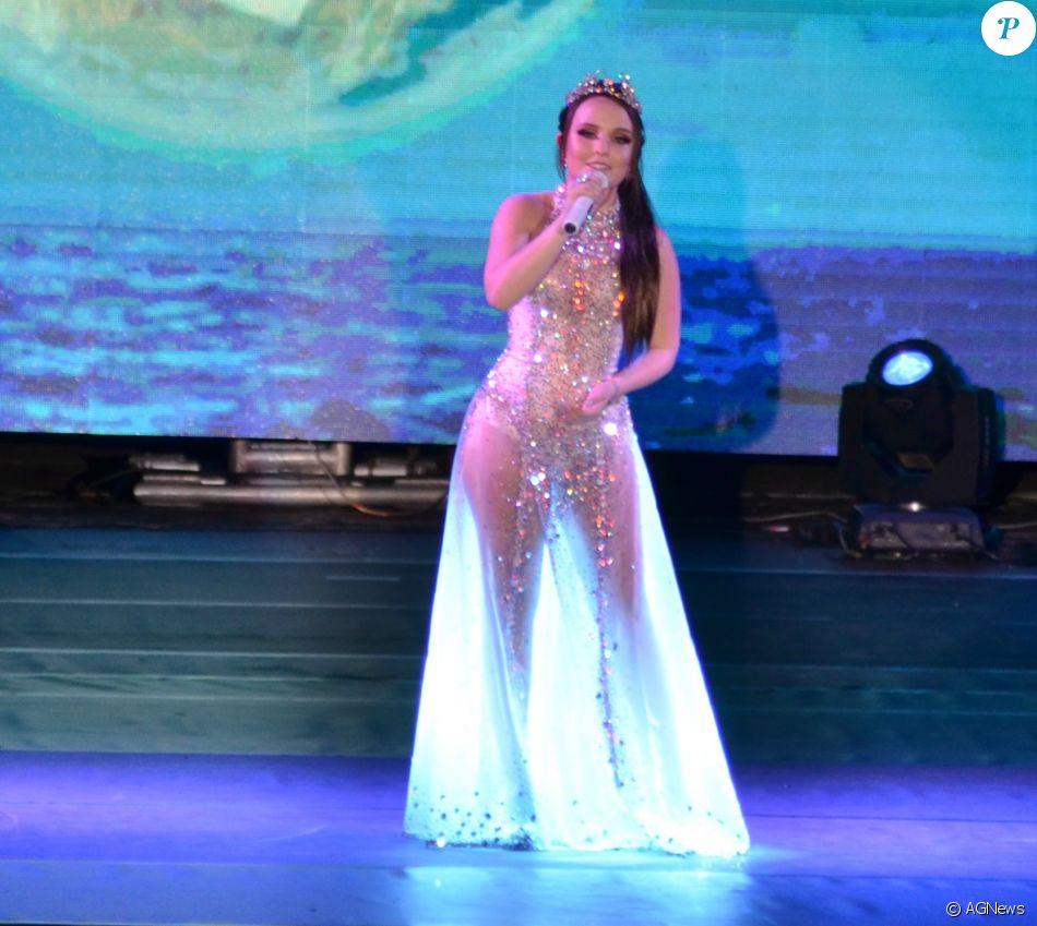 3e1b060ff9416 O body de Larissa Manoela ficou em evidência por baixo de um vestido longo  com transparência