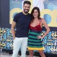 Mariana Goldfarb posou com o namorado, Cauã Reymond, e fãs apontaram gravidez da modelo: 'Carinha de grávida'