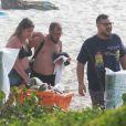Marília Mendonça deixa praia no Rio de Janeiro com amigos
