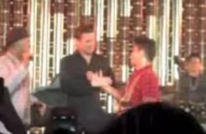 Brad Pitt surpreende fãs ao tocar pandeiro em show de Bruno Mars
