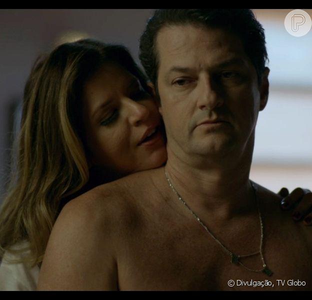 Malagueta (Marcelo Serrado) e Maria Pia (Mariana Santos) se beijam durante visita dela a cadeia na noite de Natal, na novela 'Pega Pega'