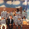 Luciano Huck posa com cantores vestidos como criança nos bastidores do 'Caldeirão de Ouro'