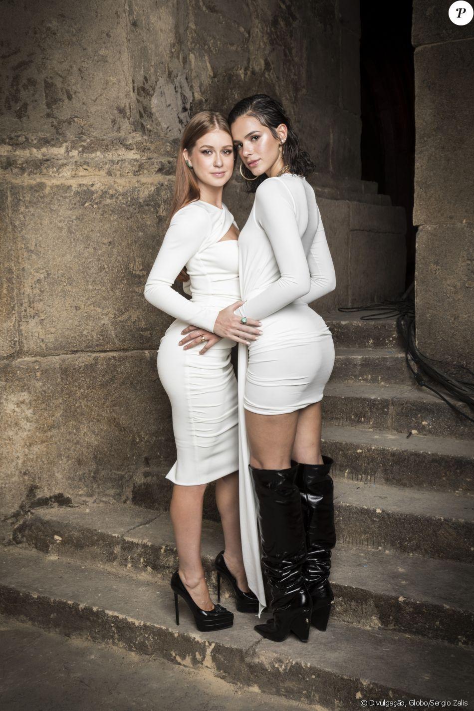 Sintonia no ar! Marina Ruy Barbosa e Bruna Marquezine vestiram branco no lançamento da novela 'Deus Salve o Rei', nos Estúdios Globo, na noite desta quinta-feira, 14 de dezembro de 2017