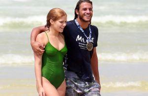 Isabella Santoni rejeita rótulo de namoro e beija surfista em viagem: 'Parceiro'