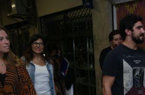Thaila Ayala chega de mãos dadas com Renato Góes em estreia de peça de teatro