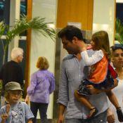 Thiago Lacerda, sem Vanessa Lóes, passeia com filhos em shopping no Rio