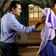Gustavo (Carlo Porto) se aproxima de Cecília (Bia Arantes) e ela, depois de imaginar um beijo no empresário, decide abandonar a vida religiosa