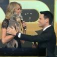Ana Hickmann presenteou Luis Bacci ao lado da cachorrinha que ganhou de presente do jornalista no amigo-oculto realizado em 2016