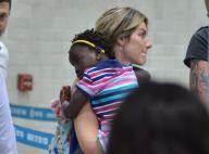 Títi, de look listrado e colorido, viaja no colo da mãe, Giovanna Ewbank. Fotos!