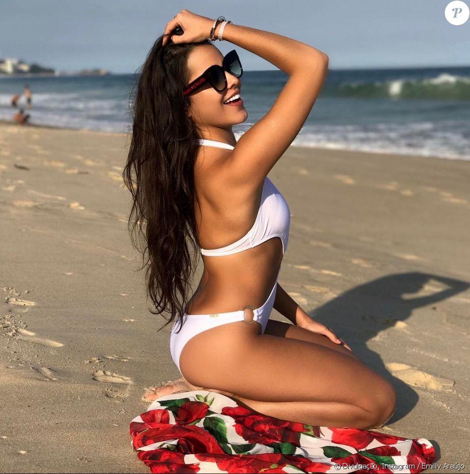 2b8598d94933 'Tenho conhecido bastantes modelos lindos de biquínis que tenho recebido. Estou  amando os bodies também', disse Emilly Araújo