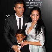 Cristiano Ronaldo fantasia filhos bebês no Natal e posa com a família. Foto!