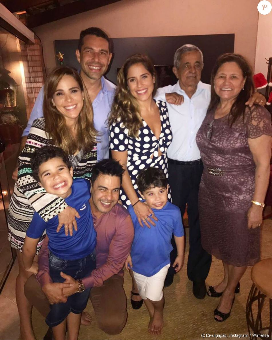 Sem a noiva, Zezé Di Camargo passou o Natal com a família no domingo, 24 de dezembro de 2017