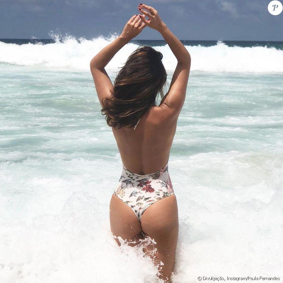 Paula Fernandes posa de maiô cavado e Tatá Werneck elogia bumbum da cantora em comentário nesta quinta-feira, dia 28 de dezembro de 2017