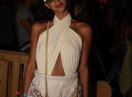 Bruna Marquezine, com look rendado branco, se diverte na noite de Noronha. Fotos