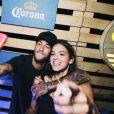 Bruna Marquezine posaram fazendo selfie durante a festa