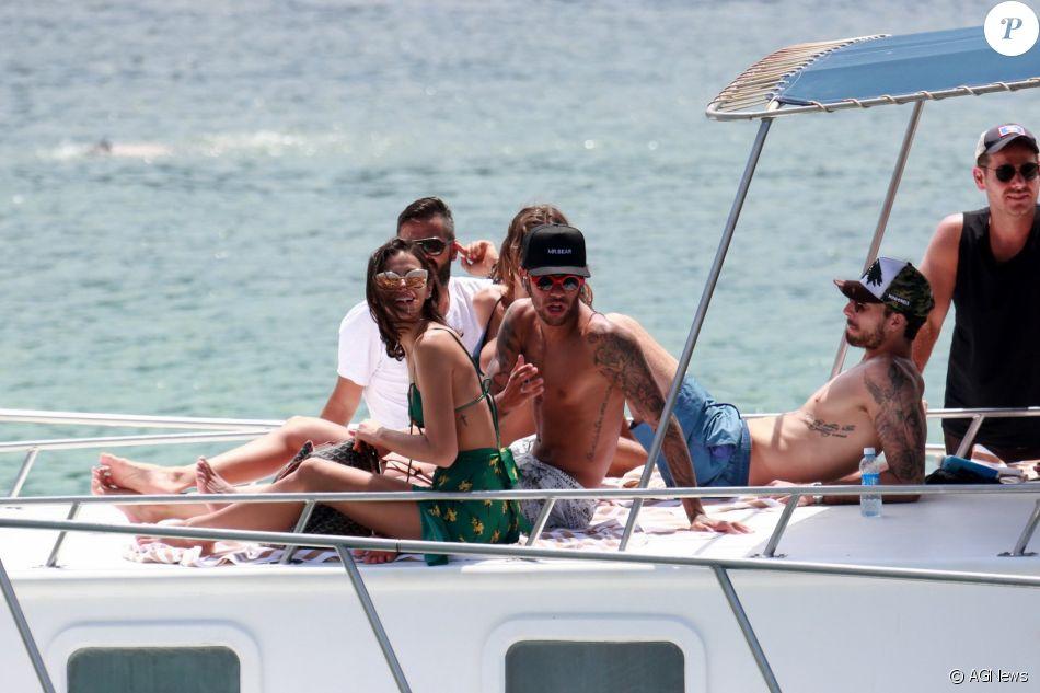 Bruna Marquezine passeia de barco com Neymar e o filho dele, Davi Lucca, na tarde deste domingo, dia 31 de dezembro de 2017. Veja abaixo!