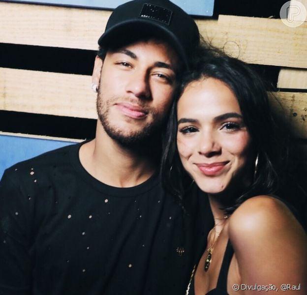 Bruna Marquezine e Neymar foram fotografados aos beijos em festa de Réveillon em Fernando de Noronha. Veja abaixo!