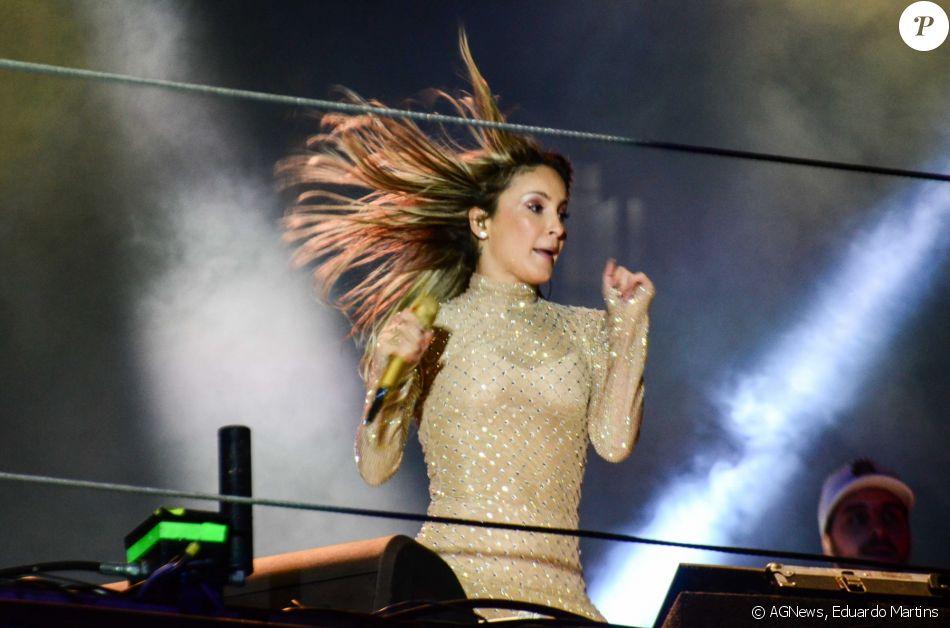 Claudia Leitte Apostou Em Um Vestido Justo Para Cantar No